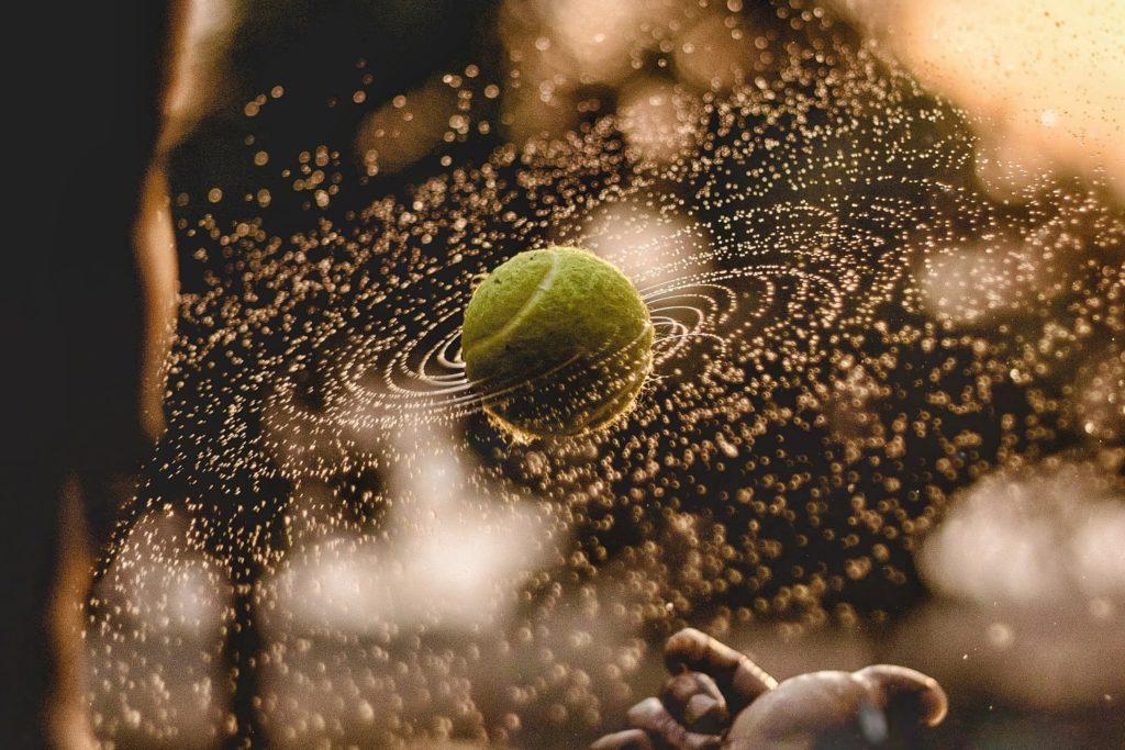 テニスを遊ぶ